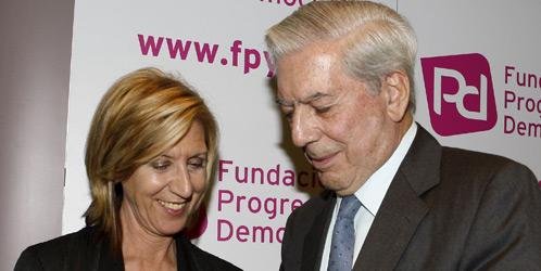 El escritor peruano Mario Vargas Llosa junto a la diputada de UPyD Rosa Díez (EFE).