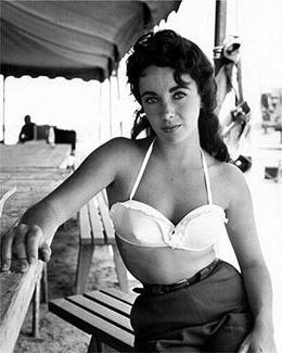 Elizabeth Taylor A Pecho Descubierto En El Marbella Club