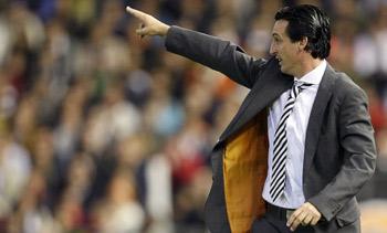 Unai Emery dando instrucciones a sus jugadores.