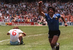 Maradona celebra su gol, con Butcher lamentándose en el suelo.