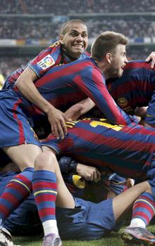 Los jugadores del Barcelona celebran un gol en el Bernabéu.