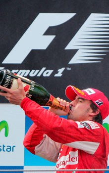 Fernando Alonso celebra su segundo puesto en Montmeló.