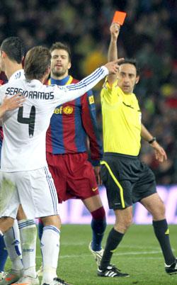 Ramos y Piqué en plena disputa.