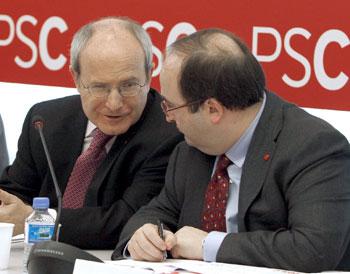 José Montilla (i), conversa con el portavoz del PSC, Miquel Iceta (Efe).