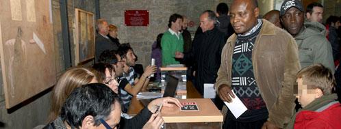 Inmigrantes votando en el referéndum soberanista de Vic (Efe)