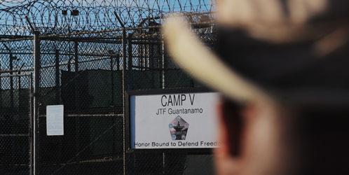Un agente federal ante la entrada de la base estadounidense de Guantánamo, en Cuba (Reuters).