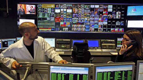Dos empleados del centro de control de emisiones de la Torre de Comunicaciones de Collserola (Efe).