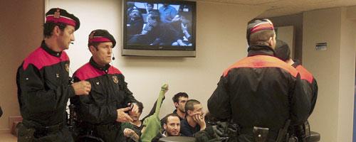 Agentes de los Mossos d'Esquadra custodian a un grupo de detenidos (Efe).