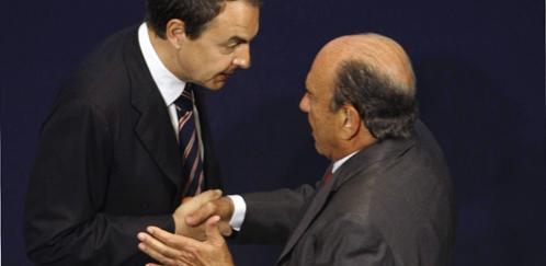 Emilio Botín saluda al presidente del Gobierno durante un acto en Madrid (Reuters/Archivo).