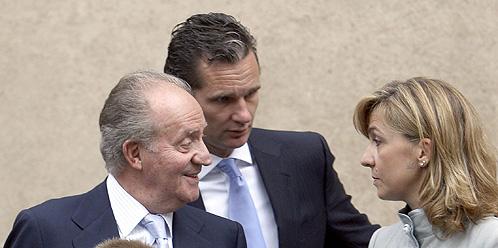 Foto de archivo de Don Juan Carlos con los duques de Palma (EFE).