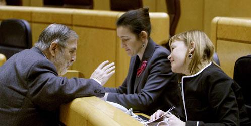 El senador 'popular' Juan Van Halen conversa con las ministras González-Sinde y Leire Pajín (EFE).