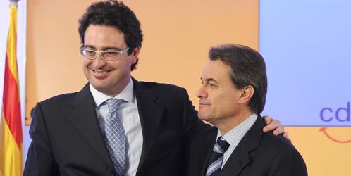 Artur Mas acompañado de su director de campaña, David Madí (EFE).