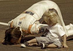 Wheldon con su hija en Indianápolis