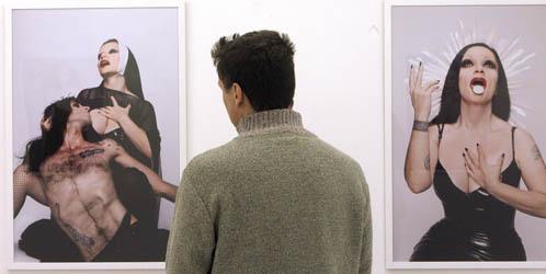 Un visitante contempla la controvertida exposición 'Obscenity'. (Efe)
