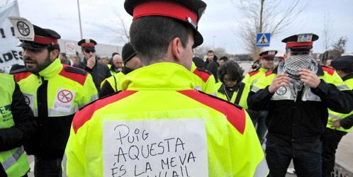 Mossos d'Esquadra y de bomberos protestan contra los recortes presupuestarios (Efe).