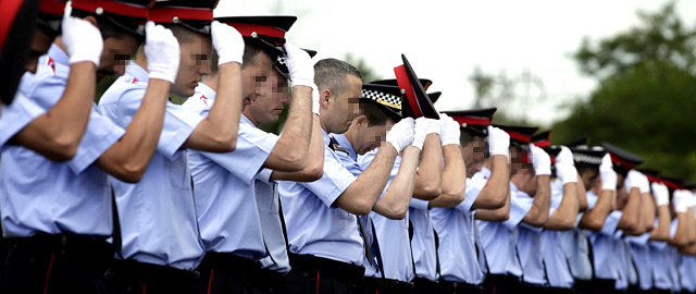 Mossos d'Escuadra y policías de la 25ª promoción de la Escuela de Policía de Cataluña. (EFE)