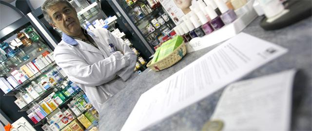 El farmacéutico Félix López, en su establecimiento de la calle Ríos Rosas de Madrid (Efe)