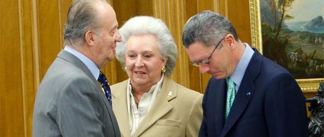 El Rey recibe el saludo de Alberto Ruiz-Gallardón (d) en presencia de doña Pilar de Borbón. (Efe)
